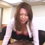 風間ゆみ 熟女上司は新入りに足のニオイをかがせパンスト顔面騎乗から本番へ!