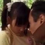 【ヘンリー塚本】道端で遊ぶ女の子をお菓子で誘いセックスする鬼畜オヤジ