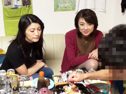 イケメン二人が53歳と47歳のおばちゃん二人をアパートに連れ込み乱交パーリー盗撮!