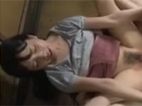 ヘンリー塚本変態写真家男に舐め回され挿入されるロリ娘 人妻熟女