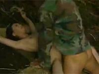 【ヘンリー塚本】山奥で捕まった熟女捕虜が兵士たちに次々と挿入される xvideos