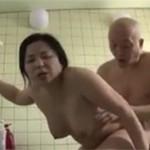 【ヘンリー塚本】妻のぽちゃ母親と風呂場で背徳濃厚セックス