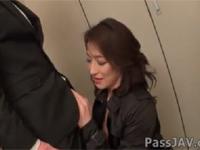 【無修正】松本まりな 四十路美熟女上司にスーツ姿のまま会社で抜いてくれる!