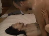 【ヘンリー塚本】熟年教師のカップルが激しすぎる汗だく不倫セックス!