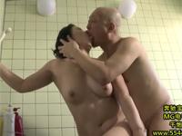 【ヘンリー塚本】ムッチリ熟女な妻の母と禁断のセックスを浴室で