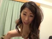 篠田あゆみ 美熟女デリヘル嬢に頼み込んでハード本番ファックした!