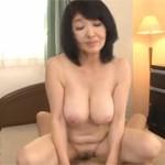 五十路巨乳熟女の自宅ベッドで激しく肉が揺れる不倫中出しセックス!xvideos