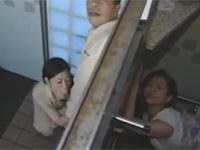 【ヘンリー塚本】熟年夫婦が公衆便所の隣同士でスワッピングセックスする