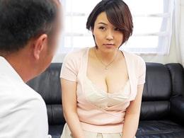「奥さん、巨乳ですよね?」性の悩みで訪れた人妻に治療と称して猥褻行為の悪徳医師