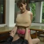 【熟女ナンパ】ノーブラで乳首が浮き出た美熟女とその辺で中出しセックス!