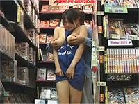 ビデオ屋デカパイ女店員がおっぱいモミモミサービス始めました♪