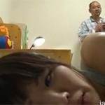 【ヘンリー塚本】再婚妻の連れ子の部屋へ夜這いをかけるゲス男