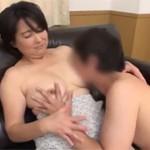 【熟女ナンパ】五十代の優しそうな熟女にうぶな若者のはじめてのセックスを頼みました!
