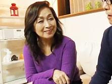 昭和30年代生まれの六十路の高齢熟女母が息子のチ○ポをまさぐって… 高畑ゆり