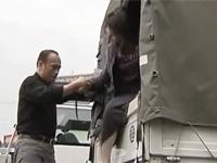 【ヘンリー塚本】熟女は夫が出勤した瞬間に不倫ファック!運ちゃんとトラックの中で激しく交わる