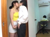 とみの伊織 セックスレス熟女は子供の勉強中にその家庭教師とエッチして性欲解消!