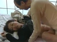 【ヘンリー塚本】美熟女ヘルパーが老父と息子に睡眠薬を盛られ親子仲良く順番に中出しレイプ