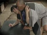【ヘンリー塚本】昭和の農村 亡き妻の巨乳連れ子に魅せられデキてしまった農夫