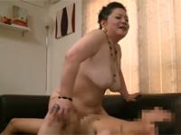 【高齢熟女】六十路のマツコDX風ポチャ熟女が言葉巧みに童貞くん喰いセックス!騎乗位の腰の動きすごい!