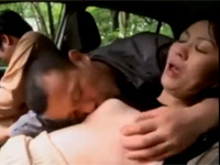 【ヘンリー塚本】借金のため自分の車内で熟妻を抱かせる男