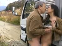 【ヘンリー塚本】トラック乗りの熟年夫婦は野外小便のあとに青姦セックス