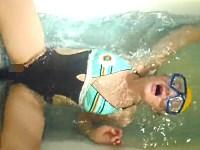 【水中オナニー】バスタブにディルドをくっつけて自慰する水着女子
