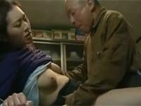 【ヘンリー塚本】八十路の老人が息子の嫁と台所で激しく盛るセックス