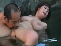 【ヘンリー塚本】温泉に浸かりながら自分の娘を地元の有力者に差し出す熟母!
