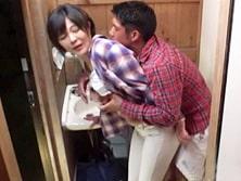 「ちょっと…私、おばさんだよ!」キャンプ場のトイレで大学生にヤられる四十路妻 円城ひとみ