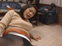 【無修正】友田真希 旦那が寝てる脇で美熟女妻の黒パンスト破って丸見え手マンした!Maki Tomoda xvideos