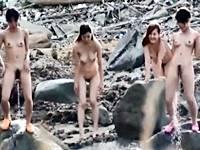 【無修正】海で開放的になった全裸ギャルのシンメトリー立ちション!