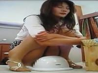四十路素人熟女の和式トイレでの放尿一部始終を盗撮!