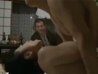 【ヘンリー塚本】旅行中の熟年夫婦は盲目のマッサージ師に女一人旅と偽り妻とセックスさせる