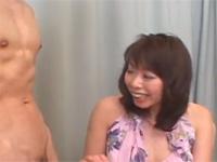 【無修正】エッチ好きな熟女の目の前にマッチョ男優ちんぽを差し出した結果!amateur milf in a short skirt jerks and sucks a cock during an interview xvideos