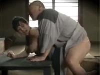 【ヘンリー塚本】妻に先立たれた男が娘と慰めあいセックスする昭和の農家の風景