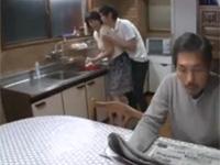 円城ひとみ 母さんセックスしようぜ父さんがあっち向いてる間に!父の脇で母と近親相姦!