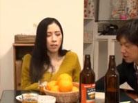 宅飲みで上司が酔ったスキにその美熟女奥様とこたつの下で激しくマ○コいじりっこ!xvideos