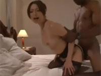 白木優子 四十路美熟女が黒人青年のデカすぎなアレにメロメロなセックス!