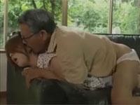 【ながえ】エロ爺は息子が見てないスキにその妻のパンツを脱がしハメてしまう