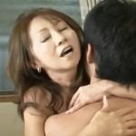 安達○実のお母さんが若者との年の差SEXでハァハァ喘ぐ! 安達有里