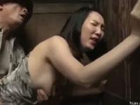 【ヘンリー塚本】セレブ熟女は痴女!山奥の汚い野外便所へ自ら犯されにゆく