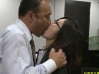 【FA】職場でオジサン上司との熱い不倫ドロドロベロチューセックスでスーツはザーメンまみれに