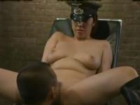 【ヘンリー塚本】おいおまえ、マ○コを舐めろ!独裁国家の熟女将校が捕虜をセックス陵辱