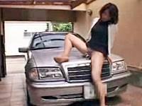 車を愛する美熟女がベンツのエンブレムでマンズリ角オナニー!