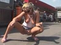 【無修正】野外露出でオシッコを排泄していた女に起きたハプニング