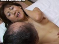 【無修正】スレンダー美熟女と勃起クリ丸見えな3Pセックス!asian slut getting slammed as she gets that doggy style xvideos