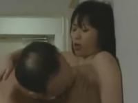 【ヘンリー塚本】夫が出勤したら急ぎアソコを洗い不倫相手宅へ 遭って数秒でセックス
