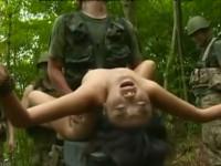 【ヘンリー塚本】囚われの貧乳女ゲリラは兵士達に中出しされ続けた挙げ句悲しい最期を…