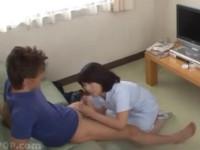 鮎原いつき 熟女ナースが不妊治療の精液採取! 始めは拒否も服を脱いでお口で採取をお手伝い!