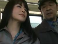 【ヘンリー塚本】痴熟女はバスで乗り合わせた男を手コキでイカせ自分も潮吹き!そして次の男へ